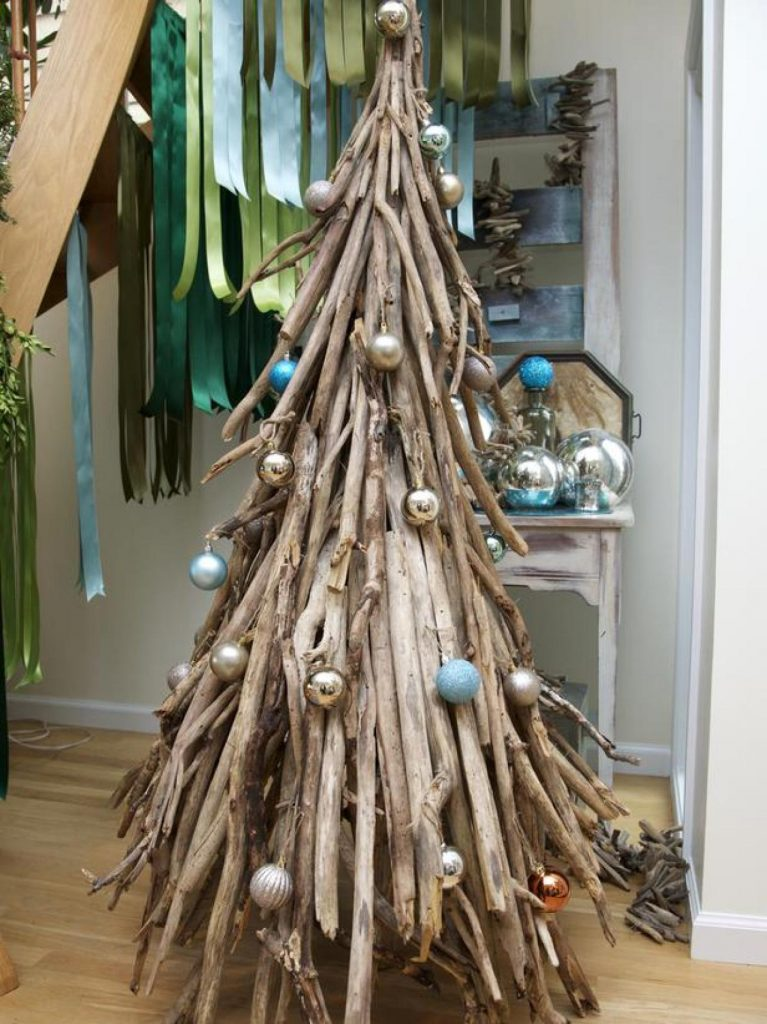 driftwood-tree-with-ornaments