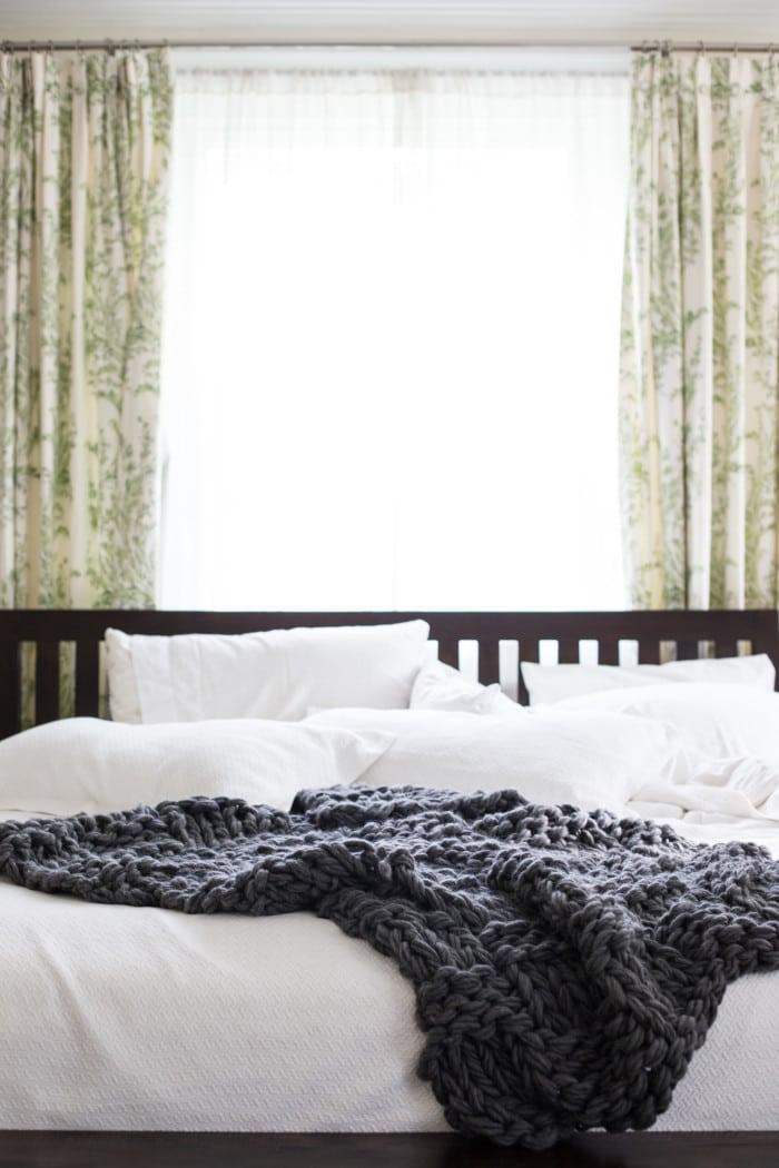 36-cozy-master-bedrooms-DIY-arm-knit-blanket