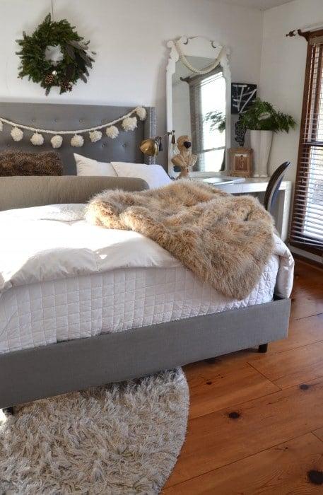 36-cozy-master-bedrooms-snow-ball-garland-bed